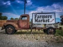 葡萄酒卡车农夫市场标志 库存图片