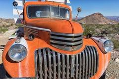 葡萄酒卡车在沙漠 免版税库存照片