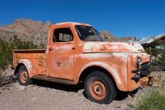 葡萄酒卡车在沙漠 免版税图库摄影