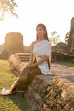葡萄酒原始的泰国服装的泰国夫人 免版税库存图片