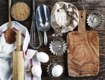 葡萄酒厨房器物、支柱和成份在木背景 免版税库存照片