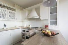 葡萄酒厨房项目、装饰品和厨房细节在经典样式 库存照片