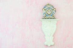 葡萄酒反对桃红色背景的瓷时钟 复制空间 免版税图库摄影