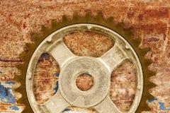 葡萄酒反对生锈的背景的嵌齿轮轮子 库存图片