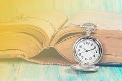 葡萄酒口袋时钟和书 免版税库存图片