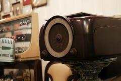 葡萄酒古色古香的模式收音机或晶体管收音机 图库摄影