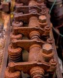 葡萄酒古色古香的汽车气缸盖在铁锈盖的摇摆物轴和胳膊 图库摄影