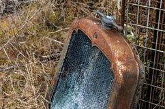 葡萄酒古色古香的汽车生锈的幅射器和装饰盖帽 免版税库存照片