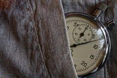 葡萄酒古董秒表,在亚麻制口袋,价值措施时间,老时钟箭头分钟,第二个准确性定时器纪录 库存照片