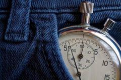 葡萄酒古董秒表,在深蓝牛仔布口袋,价值措施时间,老时钟箭头分钟,第二个准确性定时器纪录 库存照片