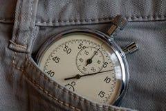 葡萄酒古董秒表,在白色牛仔布口袋,价值措施时间,老时钟箭头分钟,第二个准确性定时器纪录 免版税库存图片