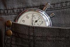 葡萄酒古董秒表,在破旧的棕色牛仔布口袋,价值措施时间,老时钟箭头分钟,第二个准确性定时器纪录 库存图片