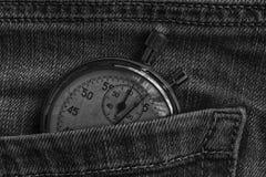葡萄酒古董秒表,在破旧的黑暗的牛仔裤装在口袋里,价值措施时间,老时钟箭头分钟,第二个准确性定时器纪录 免版税库存照片