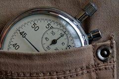 葡萄酒古董秒表,在老米黄牛仔裤装在口袋里,价值措施时间,老时钟箭头分钟,第二个准确性定时器纪录 免版税库存图片