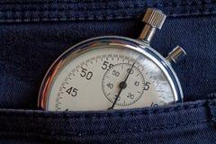 葡萄酒古董秒表,在老被佩带的牛仔布口袋,价值措施时间,老时钟箭头分钟,第二个准确性定时器纪录 库存图片