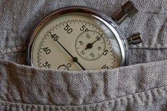 葡萄酒古董秒表,在过时亚麻制口袋,价值措施时间,老时钟箭头分钟,第二个准确性定时器纪录 库存照片
