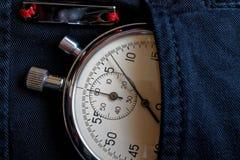 葡萄酒古董秒表,在黑牛仔裤装在口袋里与反射板条,价值措施时间,老时钟箭头分钟,第二accura 库存照片