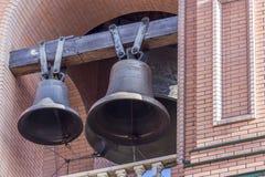 葡萄酒古铜色教堂钟垂悬 库存照片