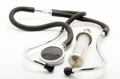 葡萄酒听诊器和注射器在白色背景 库存图片