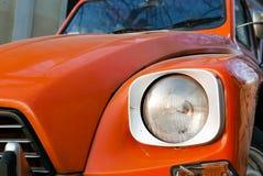 葡萄酒和减速火箭的橙色老朋友汽车在贝尔格莱德 免版税库存图片