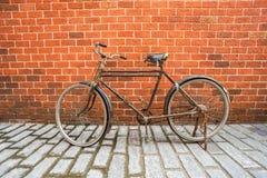 葡萄酒和老自行车在混凝土路有砖背景的 免版税图库摄影