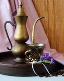 葡萄酒咖啡罐、咖啡和紫罗兰花束  库存图片