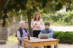 葡萄酒商人家庭画象 免版税库存照片