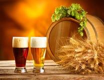 葡萄酒啤酒桶和两块玻璃 酿造概念 库存照片
