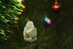 葡萄酒圣诞树玩具:与手风琴的熊 库存图片