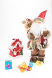 葡萄酒圣诞老人玩偶、装饰小屋和礼物盒 库存图片