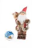 葡萄酒圣诞老人玩偶和一个手画圣诞节球 免版税库存图片