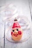 葡萄酒圣诞节在被绘的木头的小丑装饰 库存照片