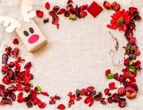 葡萄酒圣诞节工艺在亚麻制桌布的礼物盒与红色芳香花和草本 库存图片