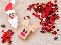 葡萄酒圣诞节工艺在亚麻制桌布的礼物盒与红色芳香花和草本 库存照片