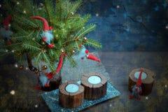 葡萄酒圣诞节或新年构成与圣诞树、木蜡烛和地精 土气样式 免版税库存照片