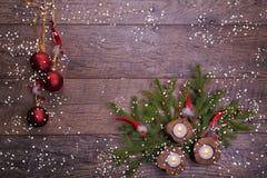 葡萄酒圣诞节或新年构成与圣诞树、木蜡烛和地精 土气样式 免版税库存图片