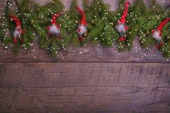 葡萄酒圣诞节或新年构成与圣诞树、木蜡烛和地精 土气样式 库存照片