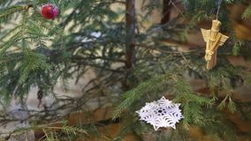 葡萄酒圣诞节构成、篮子、杉木锥体、坚果和核桃 股票视频