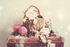 葡萄酒圣诞节玩具礼物蒴罗斯杉木锥体 免版税库存照片