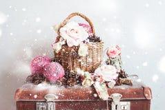 葡萄酒圣诞节玩具礼物蒴罗斯杉木锥体 免版税图库摄影