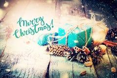 葡萄酒圣诞节礼物构成杉木锥体 免版税库存照片