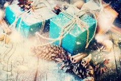 葡萄酒圣诞节礼物构成杉木锥体 库存照片