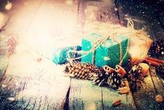 葡萄酒圣诞节礼物构成杉木锥体 免版税库存图片