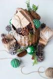 葡萄酒圣诞节礼物篮子球杉木锥体 免版税库存照片