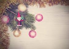 葡萄酒圣诞节背景,在一个木板的装饰 免版税库存照片