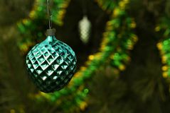 葡萄酒圣诞节装饰品-一个绿色相似的莓果或的事? 库存照片