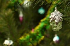 葡萄酒圣诞节装饰品-与银叶的透明金黄葡萄 免版税库存照片