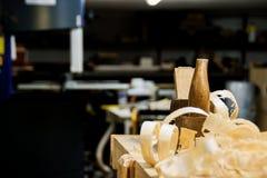 葡萄酒在一个工作凳的木材加工飞机在车间 免版税库存照片
