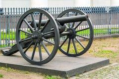 葡萄酒在一个支架的生铁大炮有大轮子的 库存图片