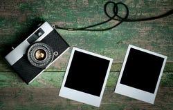 葡萄酒在一张木桌上的照片照相机 库存照片